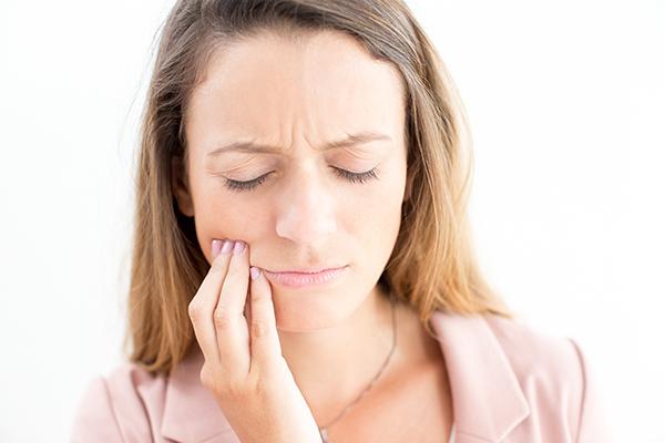 Diş ağrısı çeken kadın